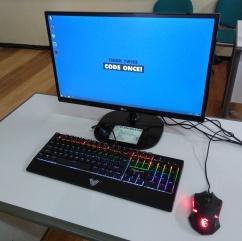 Fasilitas Lab komputer menggunakan keyboard dan mouse gaming